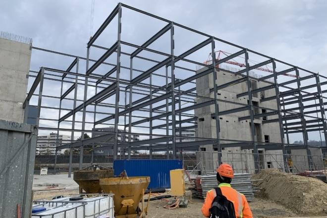 Morand Constructions Métalliques a terminé la première étape de la rénovation et transformation des locaux de Matthey-Petit SA et de Henry Transports SA à Vufflens-la-Ville. La charpente métallique existante du bâtiment administratif a été modifiée et renforcée. La façade ventilée est constituée de sous-constructions aluminium. Elle est habillée de panneaux composites aluminium rouges.